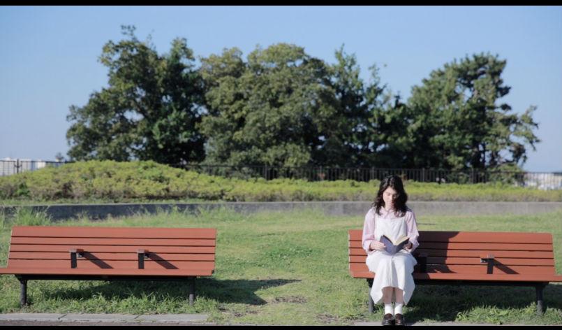 ベンチと女の子